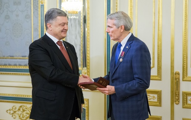 Порошенко наградил сенатора США орденом
