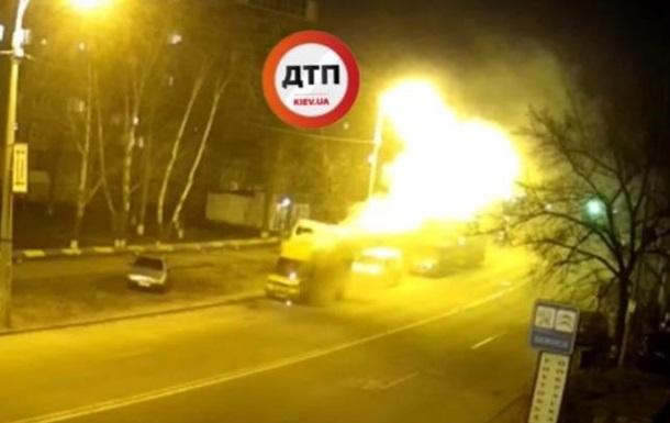 У Києві згорів мікроавтобус