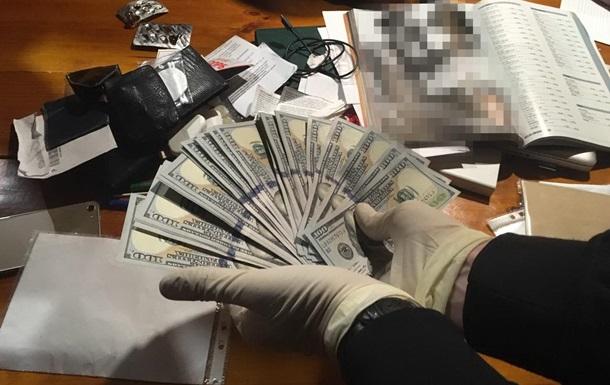У ресторані Києва затримали чиновника на хабарі в $38 тисяч