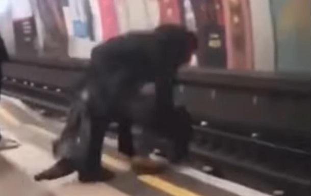 Спасение из-под колес поезда попало на видео