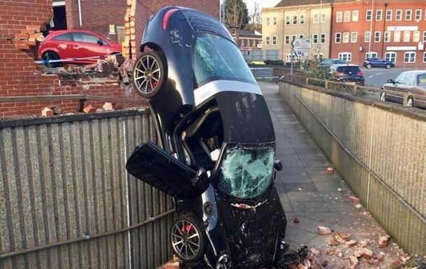 Британец на Porsche протаранил стену и  приземлился  в подземном переходе