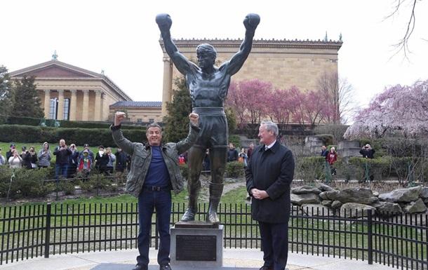 Сталлоне відкрив пам ятну дошку біля пам ятника Роккі