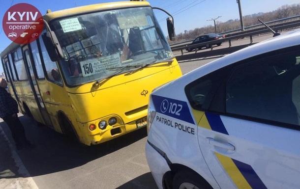 У Києві маршрутка врізалася в авто поліції