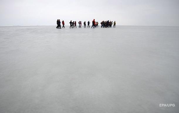 У берегов Сахалина оторвалась льдина с десятками рыбаков