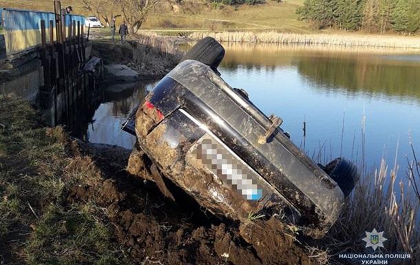 Под Тернополем авто упало в озеро: трое погибших