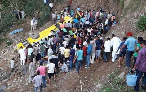 В Индии школьный автобус сорвался с обрыва: 30 погибших