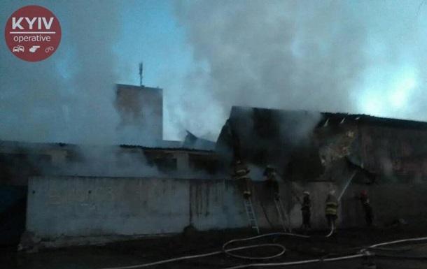 В Киеве горит склад с бытовой химией