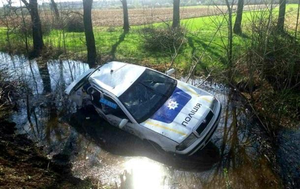 На Закарпатье авто полиции влетело в канаву