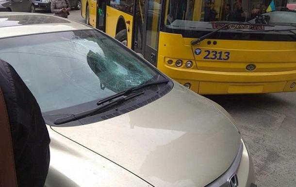 В центре Киева пассажиры троллейбуса разбили плохо припаркованное авто