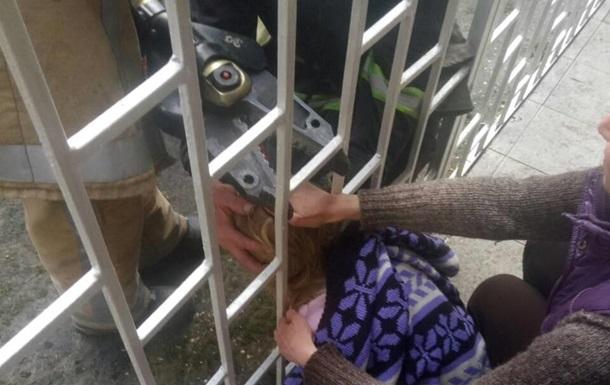 У Львові врятували дитину, застряглу головою в огорожі