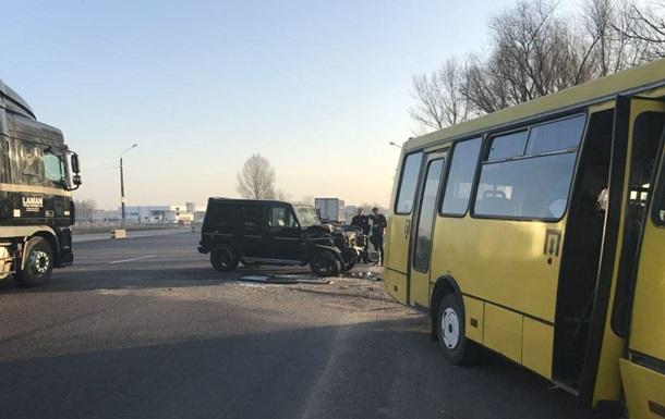 Під Києвом маршрутка потрапила в ДТП, четверо постраждалих