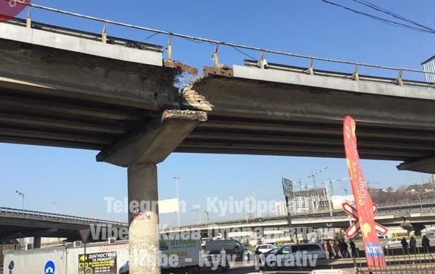 У Києві частково зламався міст біля метро Видубичі