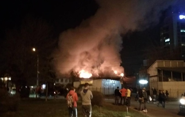 В Днепре более шести часов тушили горящее здание