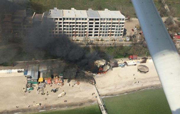 В Одессе на пляже загорелся ресторан