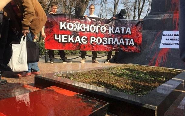 Националисты устроили драку у памятника Ватутину