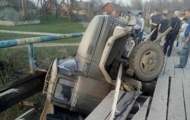 Во Львовской области грузовик провалился на мосту