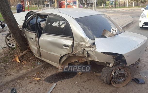 В Киеве авто врезалось в остановку и деревья