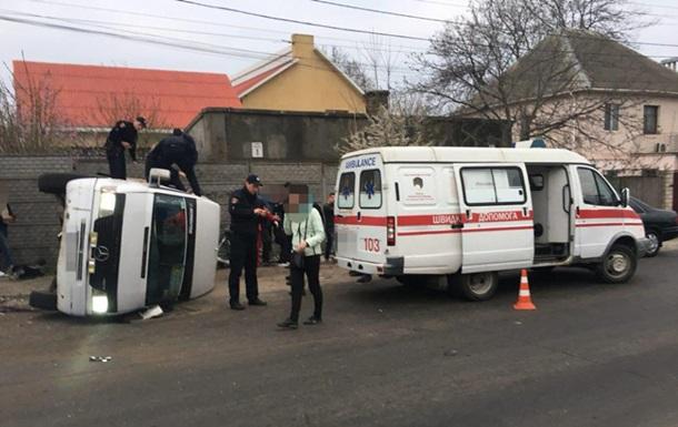 В Одессе легковушка врезалась в автобус: 11 пострадавших
