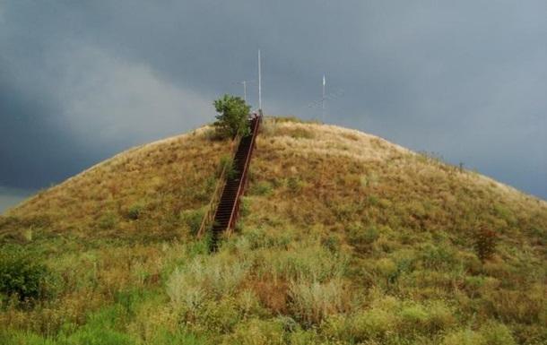 В Днепропетровской области  черные копатели  повредили скифский курган
