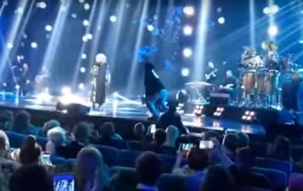 На концерті Білик її екс-чоловіка стягували зі сцени
