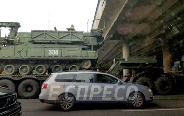 У Києві тягач з бронетехнікою застряг біля мосту