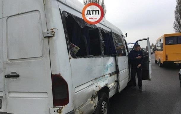 В Киеве маршрутка столкнулась с грузовиком, есть пострадавшие
