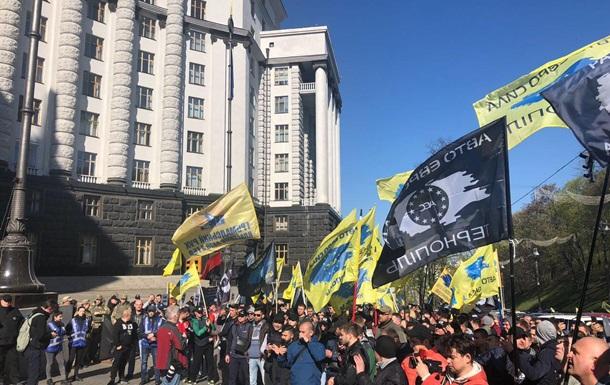 Під Кабміном протестують проти підвищення цін на бензин