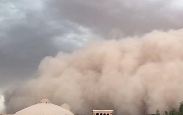 Іранське місто Єзд накрила величезна пилова буря