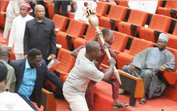 Из парламента Нигерии публично украли жезл