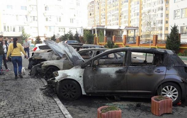В Одесі на стоянці згоріли чотири машини