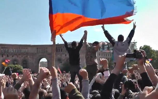 В Армении массово празднуют отставку Саргсяна