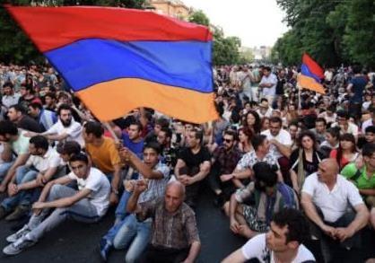 Протесты в Армении: кому улица доверит власть?