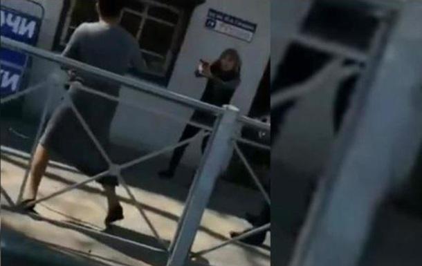 В России попала на видео драка вооруженных женщин