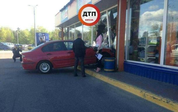 У Києві жінка на BMW в їхала в магазин