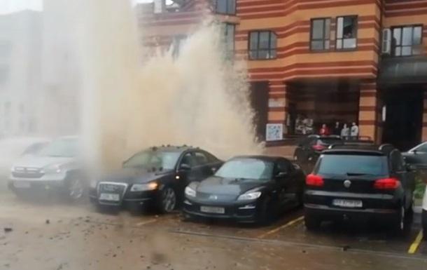 На вулиці Києва через прорив труби забив фонтан