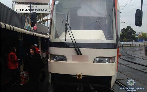 У Києві на ходу зламався трамвай, травмована жінка