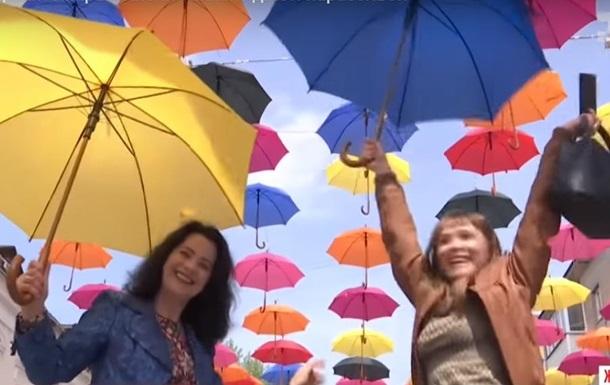 В Житомире на улице повесили 200 зонтиков