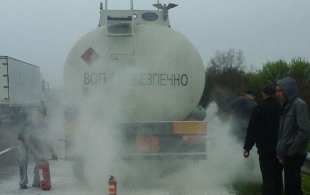 В Ровенской области на ходу загорелась автоцистерна с бензином