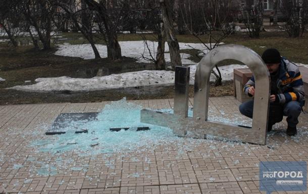 В российском Сыктывкаре упал памятник рублю