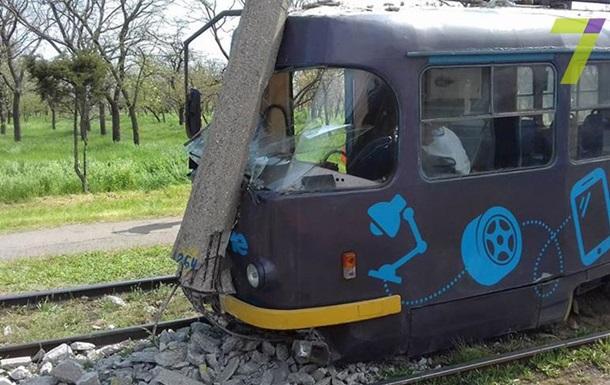 В Одесі трамвай зійшов з колії і зніс стовп
