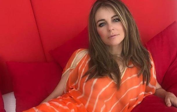 52-летняя Элизабет Херли показала грудь
