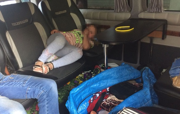 На границе с Венгрией в микроавтобусе под сумками нашли ребенка
