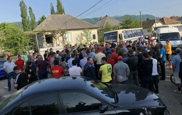 На Закарпатье протестующие селяне перекрыли трассу