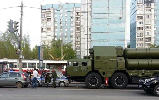 В РФ зенитно-ракетный комплекс наехал на полицейское авто