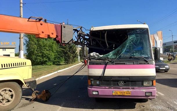 В Черновцах стрела крана протаранила автобус