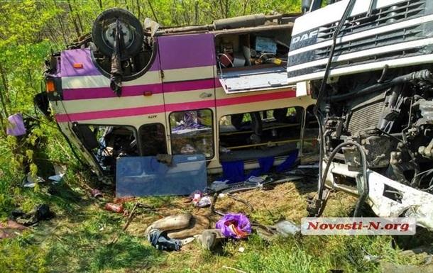 Под Николаевом зерновоз столкнулся с автобусами