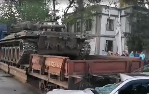 В Киеве поезд с танком протаранил авто