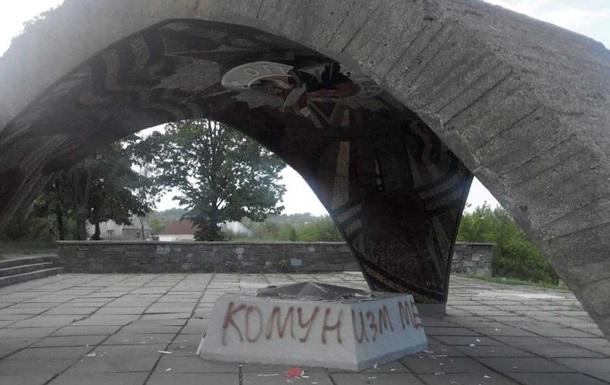 У Дніпрі розмалювали фарбою пам ятник радянським воїнам