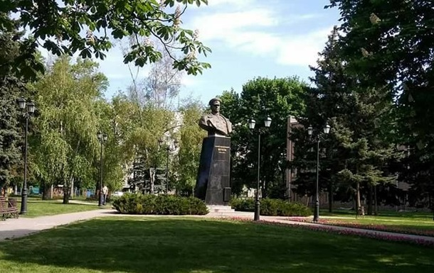 Поваленный бюст Жукова в Харькове восстановили