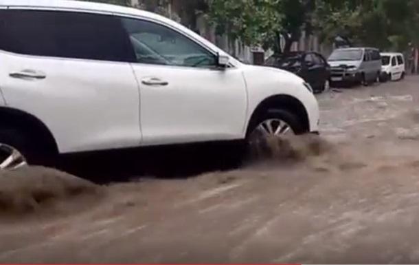 В Симферополе затопило улицы